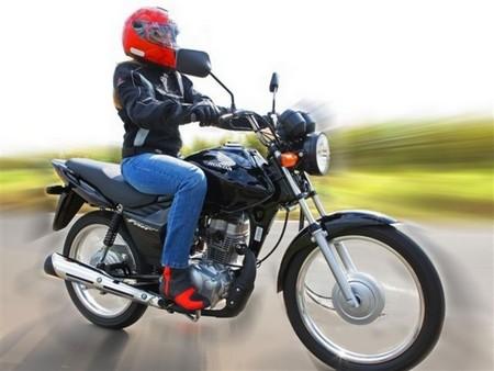 moto-125-mulher-conduzir